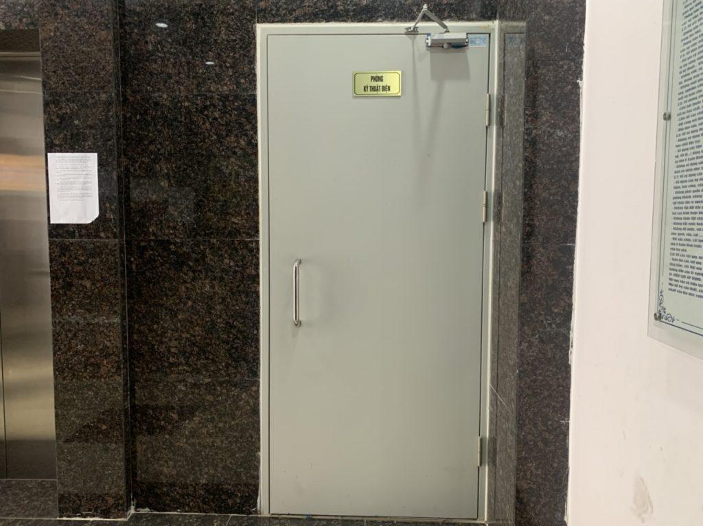 So sánh đặc điểm cửa nhựa lõi thép và cửa thép chống cháy