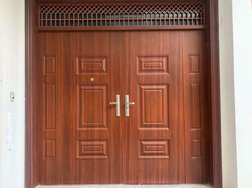 Lưu ý chọn đơn vị lắp đặt cửa thép vân gỗ tại hà nội
