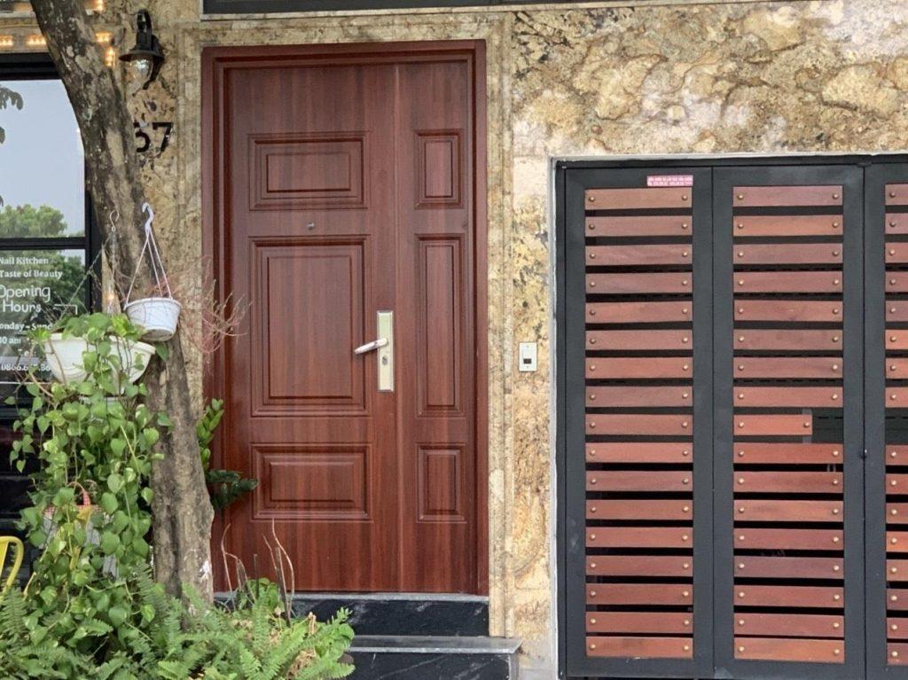 Nguyên tắc an toàn khi thi công cửa thép vân gỗ