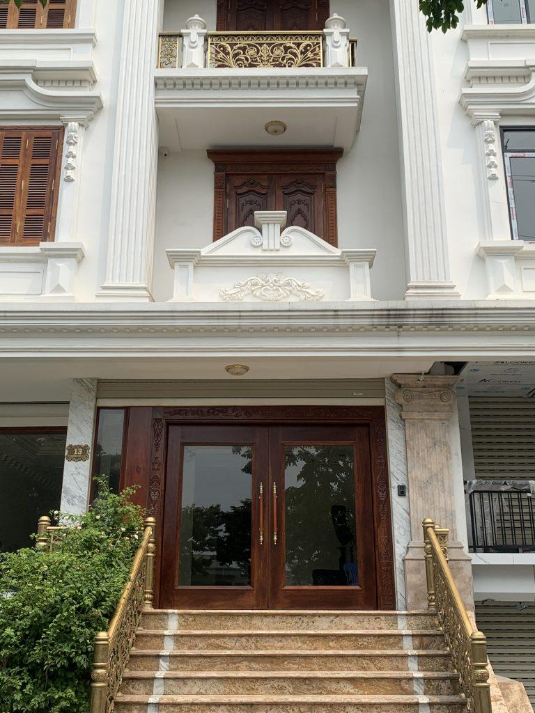 Thi công an toàn cửa thép vân gỗ cao cấp cho biệt thự