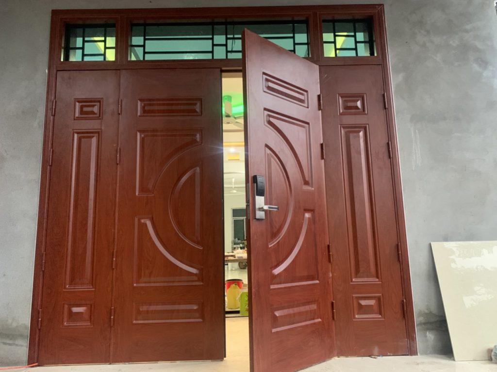Tư vấn chọn mẫu cửa sắt 4 cánh giả gỗ phù hợp cho cửa chính
