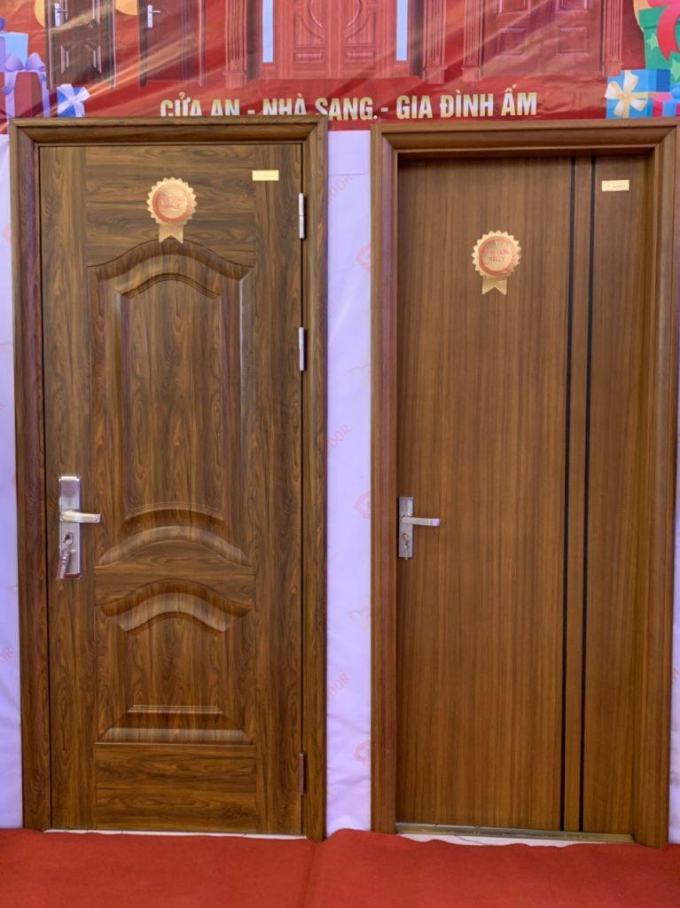 Mẫu cửa chính đẹp cho mặt tiền sang trọng