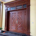 Thiết kế cửa thép vân gỗ pano kính đẹp cho căn nhà Việt