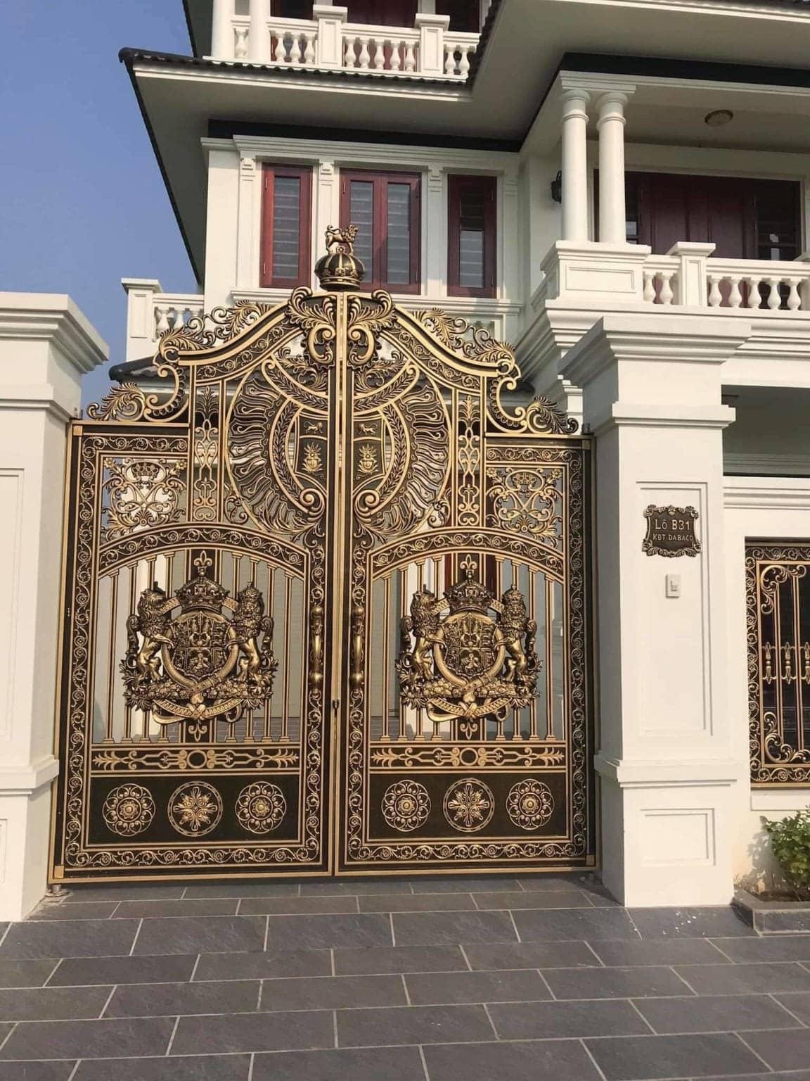 Mẫu cổng nhôm đúc 2 cánh cho nhà mặt phố