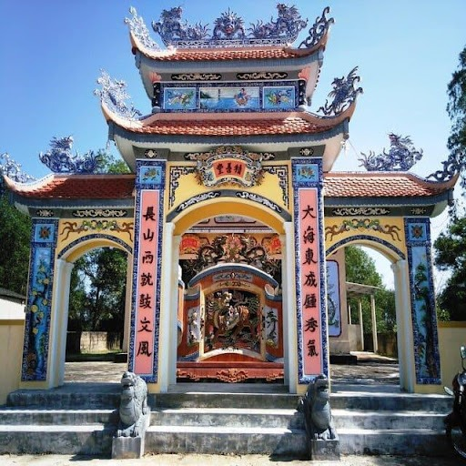 Cổng tam quan trang trí cầu kỳ trong kiến trúc đình chùa