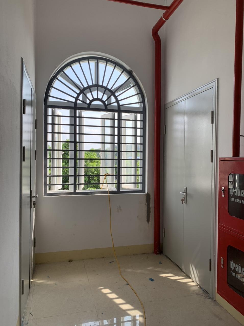 Bộ cửa sắt chống cháy chung cư gồm những gì?