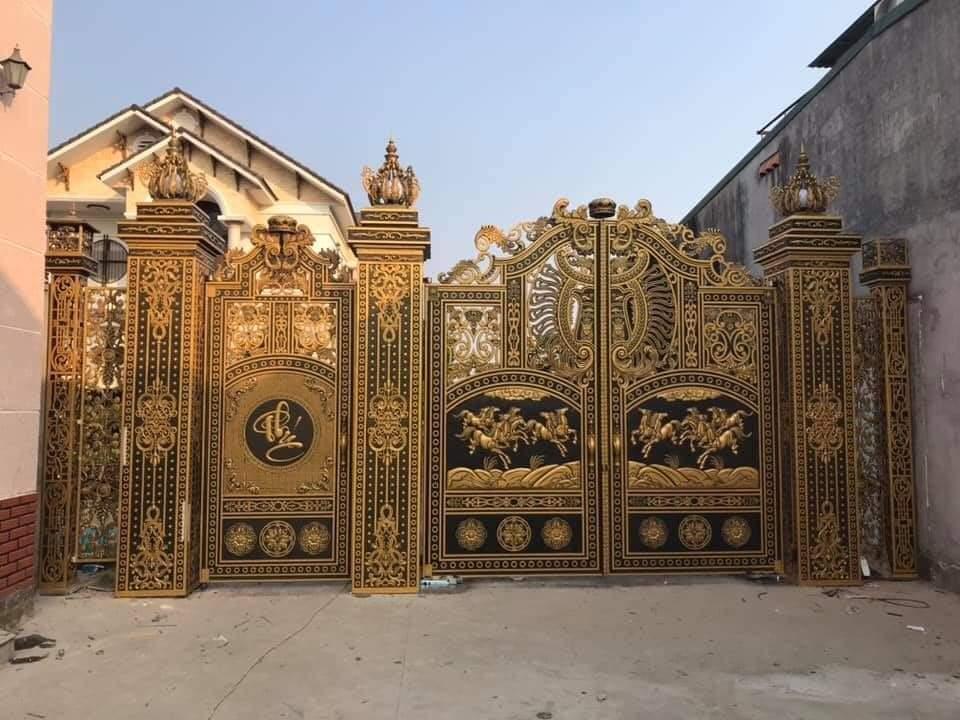 Mẫu cửa cổng hợp kim nhôm đúc thiết kế phù điêu ấn tượng